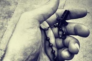 rosario-mano-pregare-20170713125145
